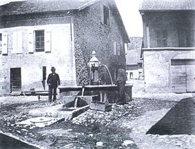La Bâtie-Neuve : place et fontaine dans la rue principale